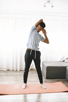 Corpo em forma e mente sã. jovem fazendo exercícios matinais para ser forte.