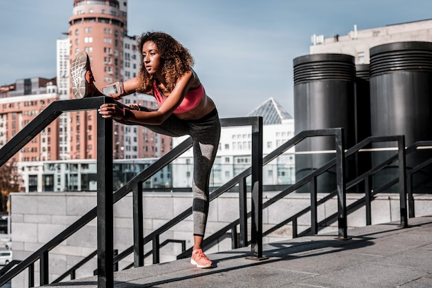 Corpo flexível. mulher jovem e bonita e magrinha desenvolvendo sua flexibilidade enquanto quer ficar em forma
