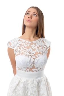 Corpo inteiro do modelo de mulher bonita posando de vestido branco