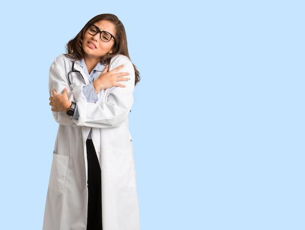 Corpo inteiro jovem médico mulher indo frio devido a baixa temperatura