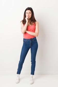 Corpo inteiro jovem mulher roer unhas, nervoso e muito ansioso