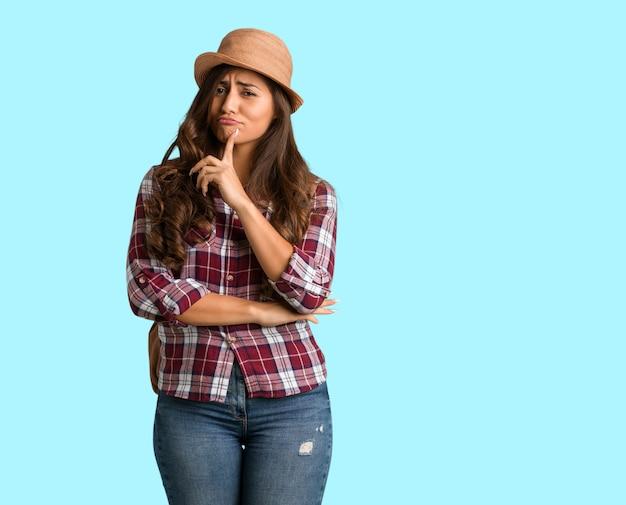 Corpo inteiro jovem viajante mulher curvilínea duvidando e confuso