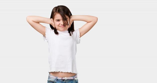 Corpo inteiro menina cobrindo os ouvidos com as mãos, com raiva e cansado de ouvir algum som