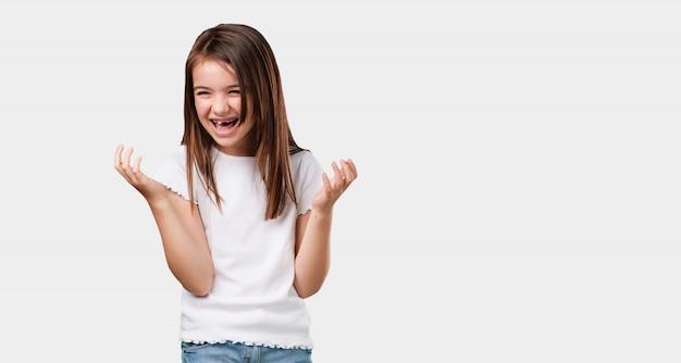 Corpo inteiro menina rindo e se divertindo, sendo relaxado e alegre