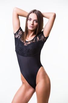 Corpo magro de mulher bronzeada isolado sobre fundo cinza