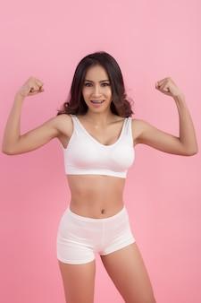 Corpo perfeito de mulher magro, em forma e desportivo em roupa interior