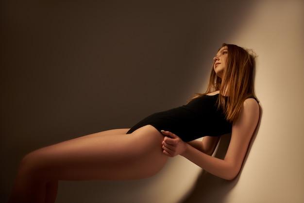 Corpo sexy da jovem e bela modelo, mulher loira.