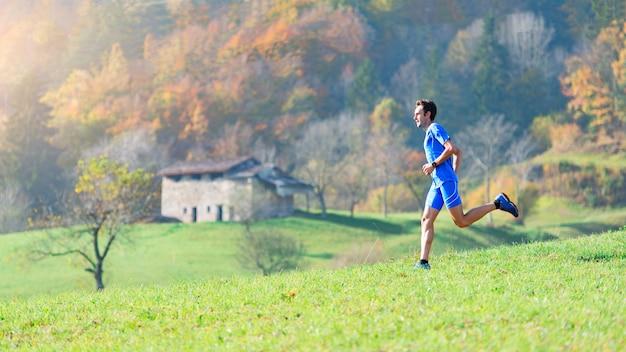 Corra para a natureza nas montanhas, um homem atleta