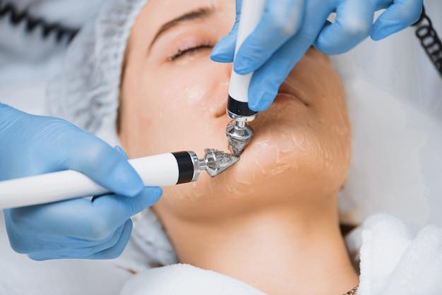 Correção de contornos faciais na cosmetologia moderna.