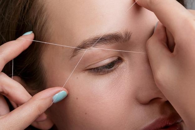 Correção de sobrancelha com fio branco