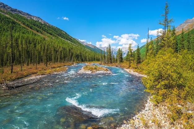 Corredeiras de água. o rio power mountain desce da geleira. bela paisagem alpina com água azul em um rio rápido. o poder da natureza majestosa das terras altas. montanhas altai.