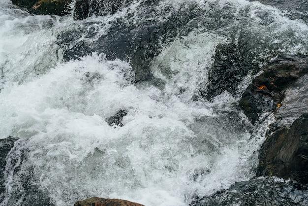 Corrediça de água de natureza quadro completo do rio da montanha. fluxo de água poderosa do riacho de montanha com corredeiras. cenário texturizado natural de fluxo rápido de riacho de montanha. rapids textura close-up.