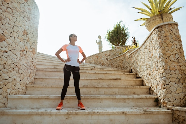 Corredor atraente dando um tempo depois de correr ao ar livre