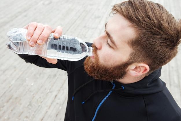 Corredor com água no perfil close up retrato de cima