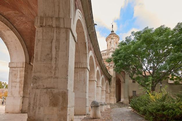 Corredor com arcos em monumento em aranjuez