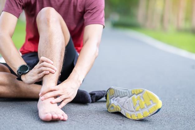 Corredor com dor na perna devido a entorse de tornozelo ou tendinite de aquiles