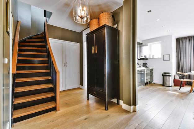 Corredor com escada de luxo de design especial em uma casa elegante