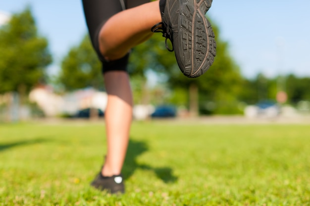 Corredor correndo, close-up em seus pés