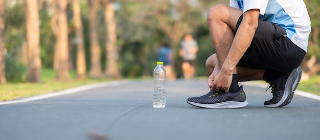 Corredor correndo na estrada fora. atleta jogging e exercício na trilha