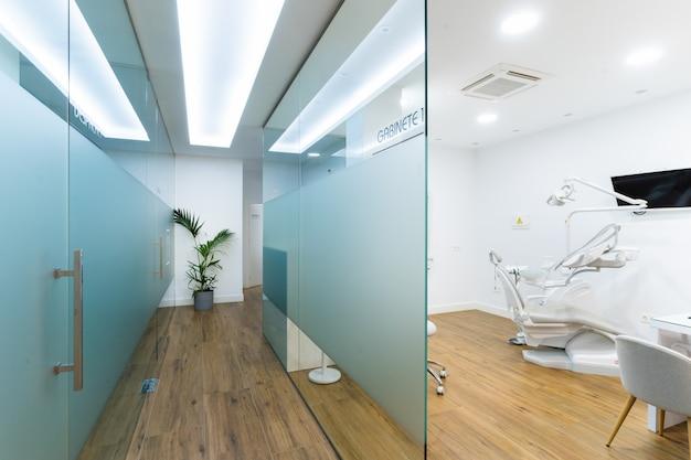 Corredor da clínica odontológica com quartos