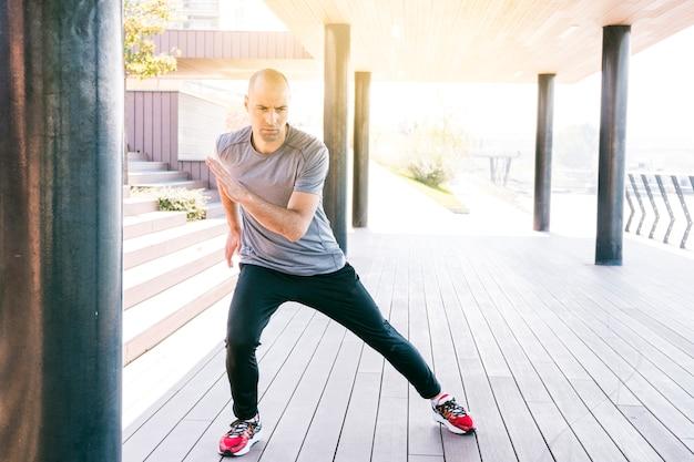 Corredor de atleta de fitness malhar antes de executar
