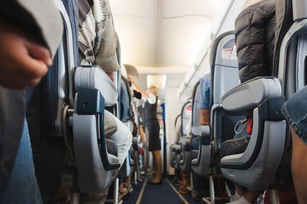 Corredor de cabine em avião