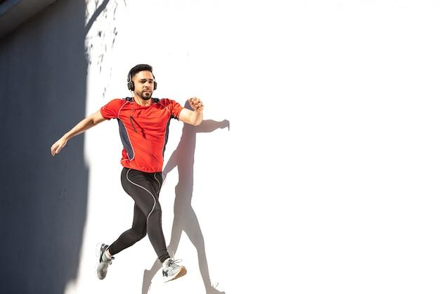 Corredor de homem correndo na cidade.