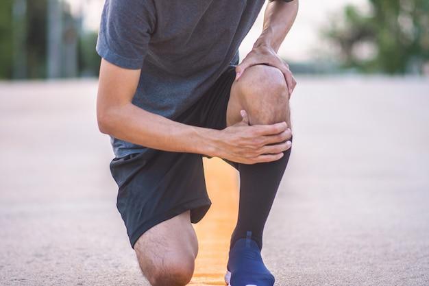 Corredor de homem, movimentando-se para exercício na manhã, mas acidente dor no joelho durante a execução, esporte e saudável