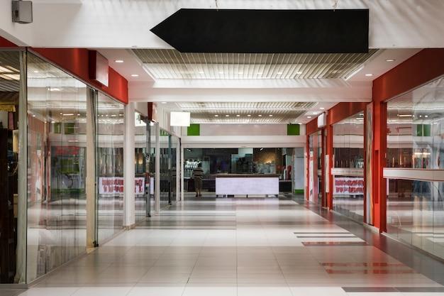 Corredor de shopping vazio