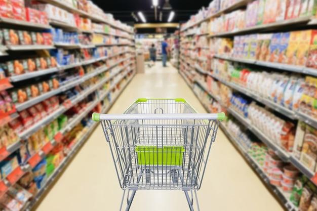 Corredor de supermercado com conceito de negócio de carrinho de compras vazio