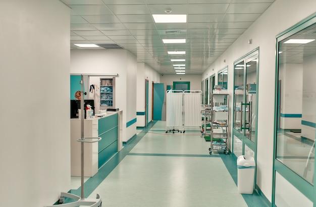 Corredor de um hospital moderno. arquitetura de interiores de hospitais