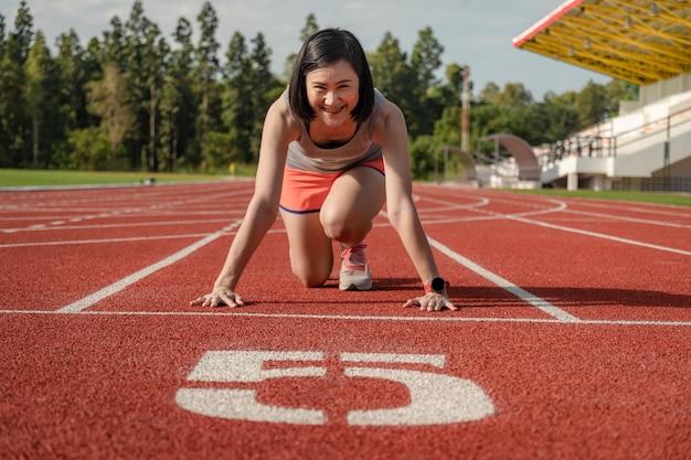 Corredor desportivo mulher asiática no sportswear elegante