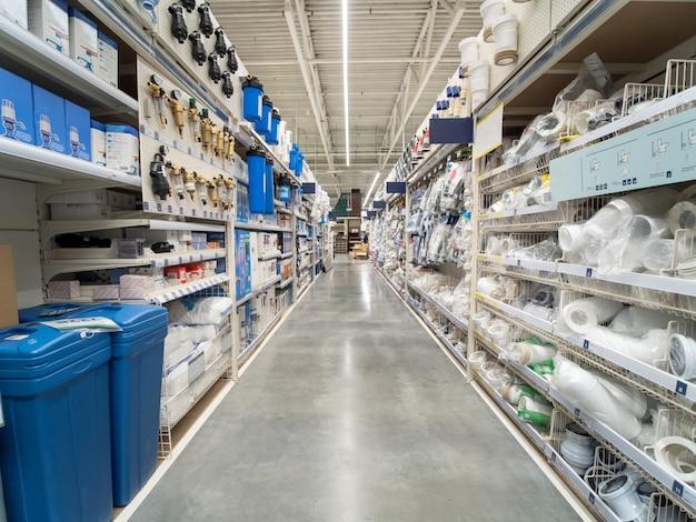 Corredor do armazém de materiais de construção na loja industiral