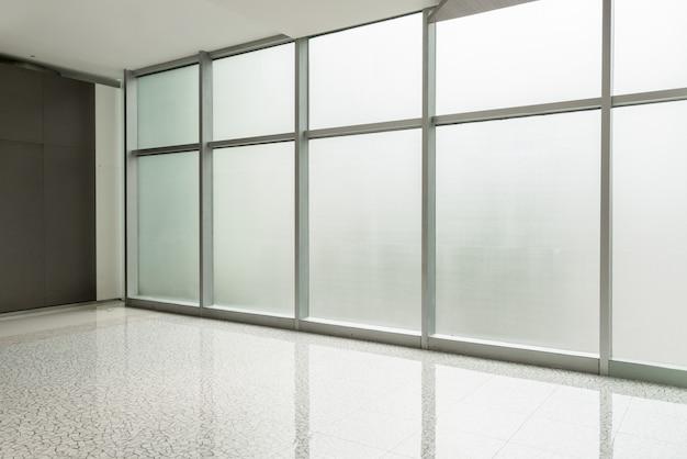 Corredor do centro de negócios e janela de vidro