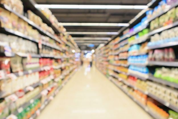 Corredor do supermercado com o interior das prateleiras dos produtos desfocado
