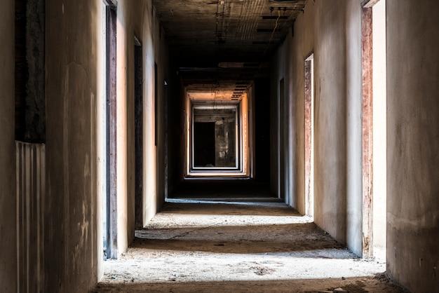 Corredor em prédio abandonado