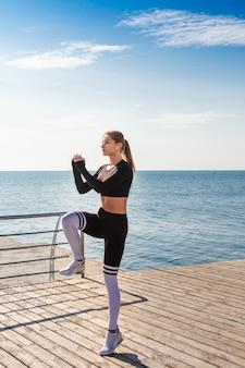 Corredor feminino instrutor de fitness pulando