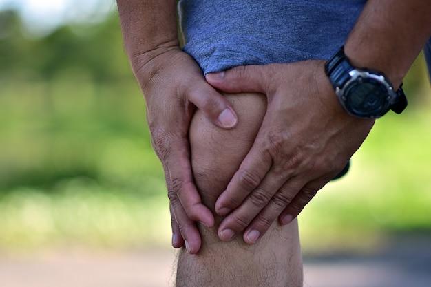 Corredor homem dor no joelho em corrida ou corrida