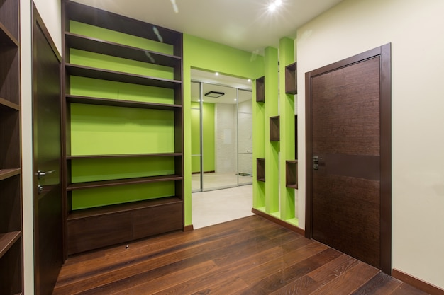 Corredor interior com um grande número de armários