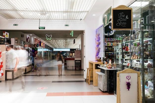 Corredor interior de centro comercial