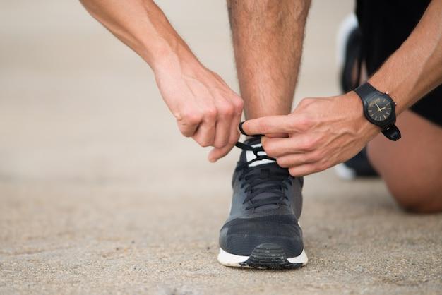 Corredor irreconhecível se preparando para correr