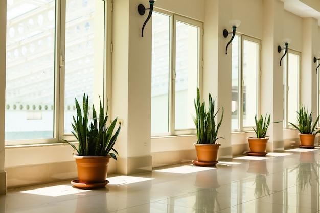 Corredor longo iluminado no moderno prédio de escritórios com janelas panorâmicas
