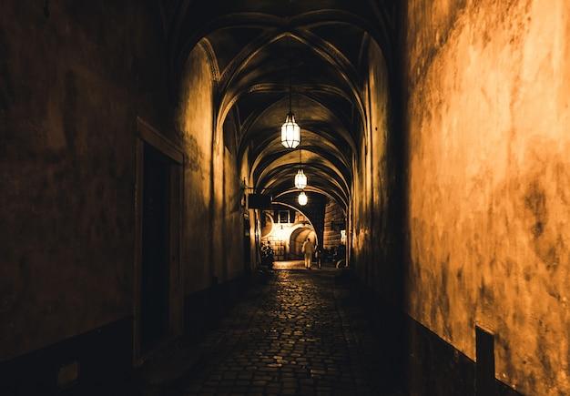 Corredor misterioso na velha masmorra do castelo