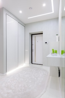 Corredor moderno apartamento branco