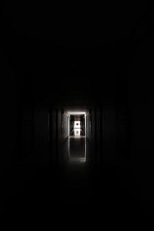 Corredor ou túnel longo no edifício industrial abandonado assombrado e arruinado.