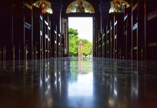 Corredor vazio da igreja católica da catedral com bancos em creta, grécia. vista interna