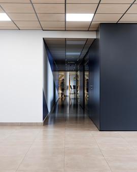 Corredor vazio em um prédio de escritórios