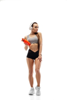 Corredora profissional caucasiana, atleta treinando isolada no estúdio branco