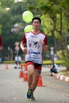 Corredores de maratona amadores estão chegando para competir em um evento de caridade que songkhla, tailândia