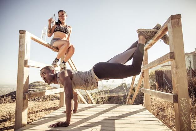 Corredores fazendo fitness
